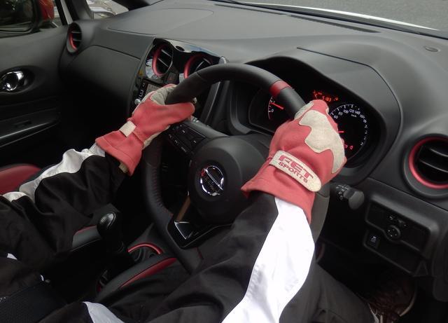 画像: 右に切り込む。まず右手を1時の位置くらいまで移動。左手は滑らせながらステアリングを切り込み始める。