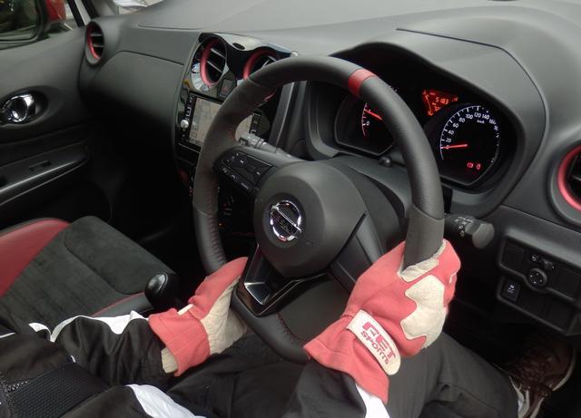 画像: ハンドルの戻しは、左手の位置がそのままならば、一気に6時の位置まで戻せば、直進状態となるので好都合だ。