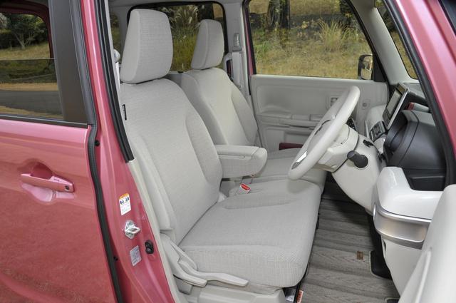 画像: スペーシアのフロントシートはベンチタイプでセンターアームレストを備える。