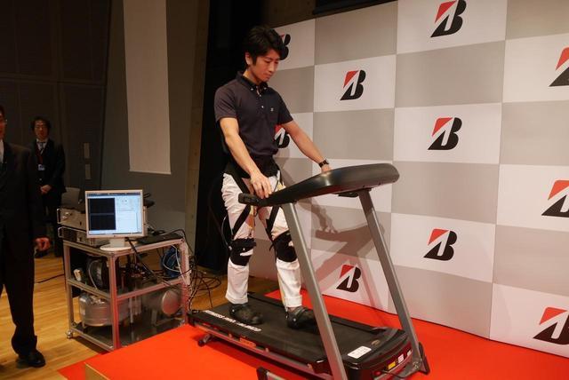 画像: 着脱しやすく、軽量で負担が少なく、そして適度な遊びがあり安全性が高いのが、ゴム人工筋肉を使った歩行トレーニング装置のメリットという。