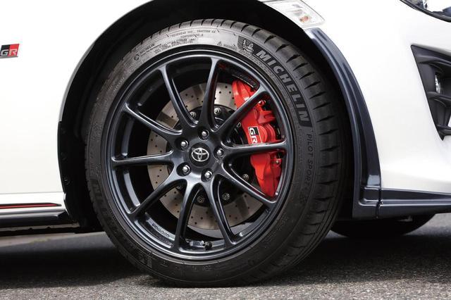 画像: 86 GRのタイヤはミシュランPilot Sport 4で、前215/45R17、後235/45R17。専用ホイールはRAYS製で、前7.5J、後8.5J。