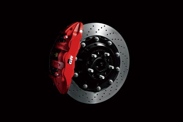 画像: 86 GRのフロント(写真)はモノブロック6ポットキャリパーとフローティング・ドリルドローターの組み合わせ、リアにも4ポットキャリパーとドリルドローターを奢る。