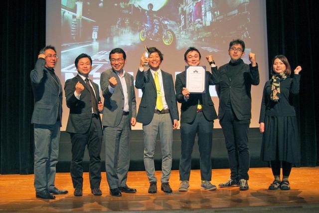 画像: ステージ上でガッツポーズするヤマハ MTシリーズ 関係者のみなさん。おめでとうございます!