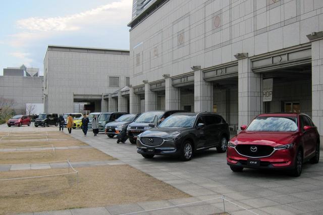 画像: 一般のギャラリーも展示車両のドアを開けて乗り込んだりもできた。