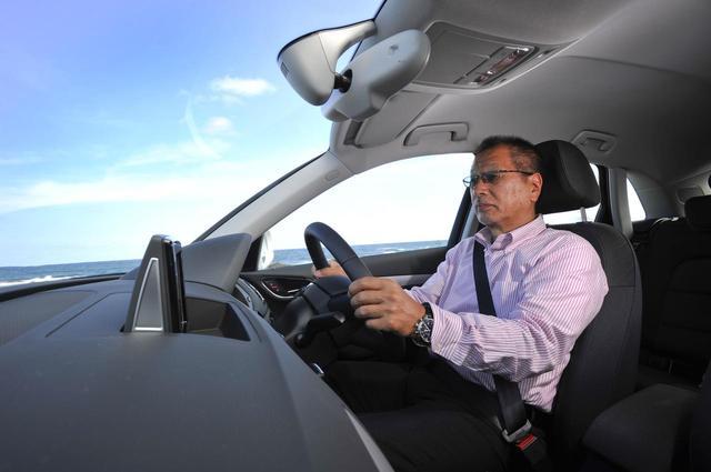 画像: 筆者のこもだきよし氏。先読み運転ができると燃費にも大きく影響するという。