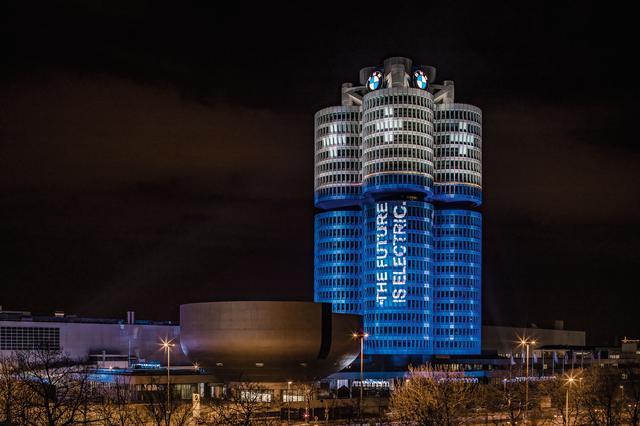 """画像: 独ミュンヘンにあるBMW本社ビル。通称""""4シリンダービル""""がライトアップされた。"""