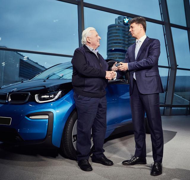 画像: 10万台目の顧客にキーを渡すハラルド・クルーガー社長(右)。