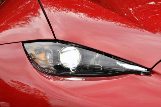 画像: 歴代のロードスターとはかなり異なる、鋭い目つきのヘッドライト。