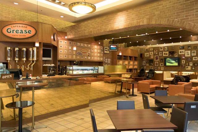 画像: 1階には、モータースポーツ好きがわくわくするようなカフェ&バー グリーズがある。
