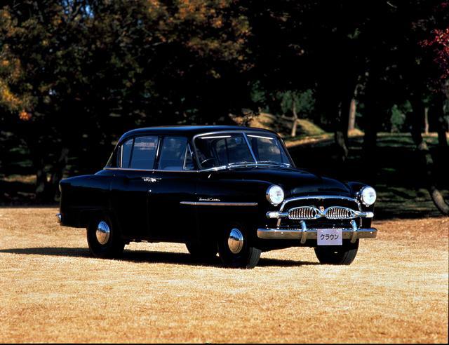 画像: 1955年に登場した初代クラウン。初期モデルはフロントウインドウのセンターにステイが入っている。