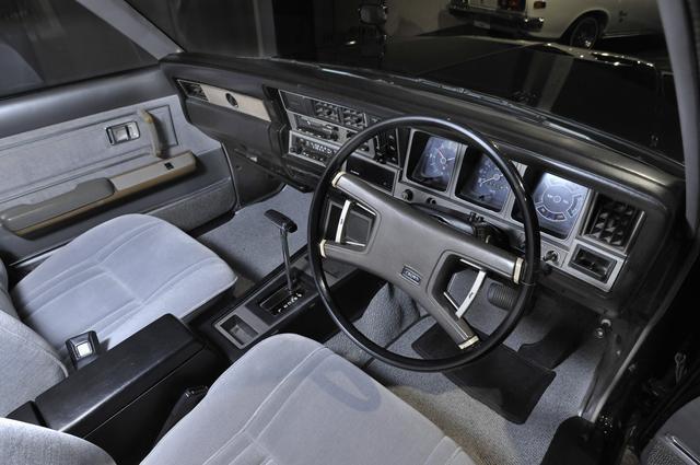 画像: セパレートシート、フロアATが一般的となる。4本スポークハンドルも当時の流行だ。