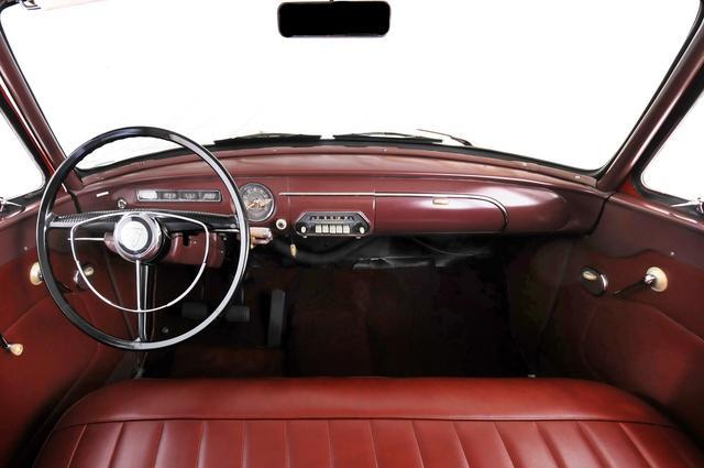 画像: いま見ると実にシンプルなダッシュボード。ハンドルのグリップは細く、ホーンリングが付いているのも特徴的。