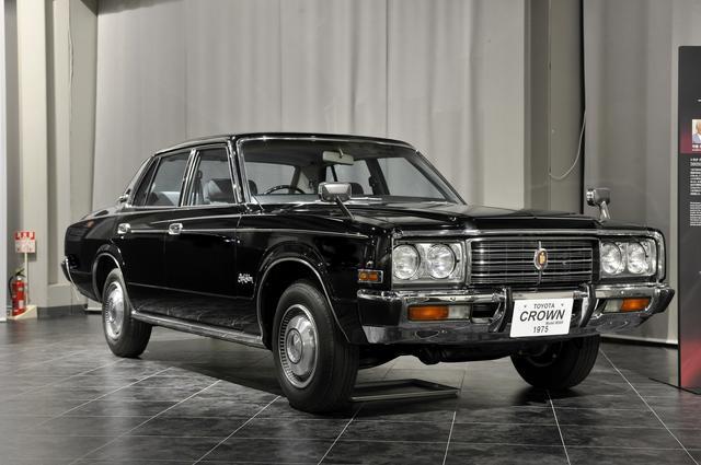 画像: トヨタ博物館所蔵の5代目MS85型セダン(1975)、全長×全幅×全高:4765×1690×1440mm、ホイールベース:2690mm、車両重量:1470kg、エンジン型式:直6SOHC、排気量:2563cc、最高出力:140ps/5400rpm。