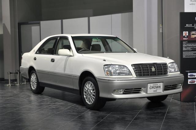 画像: トヨタ博物館が所蔵するJZS175型セダン(1999年)、全長×全幅×全高:4820×1765×1455mm、ホイールベース:2780mm、車両重量:1620kg、エンジン型式:直6DOHC、排気量:2997cc、最高出力:220ps/5600rpm。