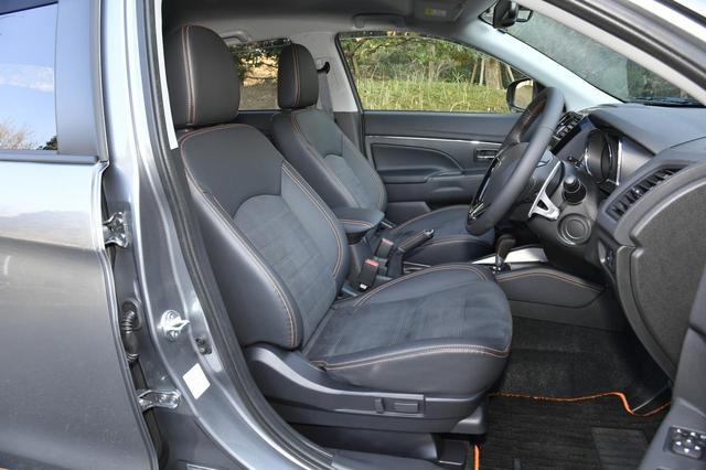 画像: フロントシート。スウェード素材で肌触りが気持ち良い。ホールド性もなかなか。