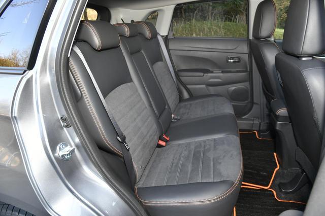 画像: リアシート。こちらも座面と背面はスウェード素材。オレンジのステッチが入る。