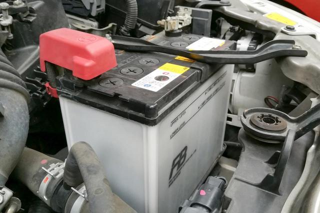 画像: バッテリー性能に不安を感じたら、点検に合わせてディーラーで充電してもらうのも手だ。