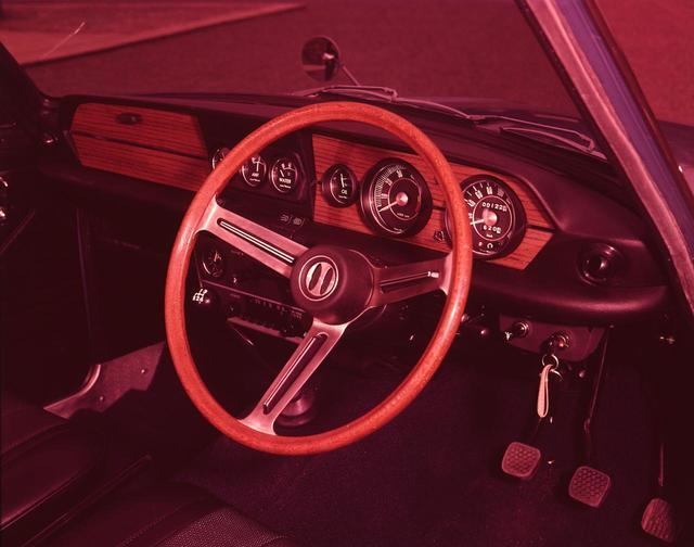 画像: スポーツカームードたっぷりのコクピット。4速フロアシフトは、シフトストロークの短く、小気味良い操作感だった。