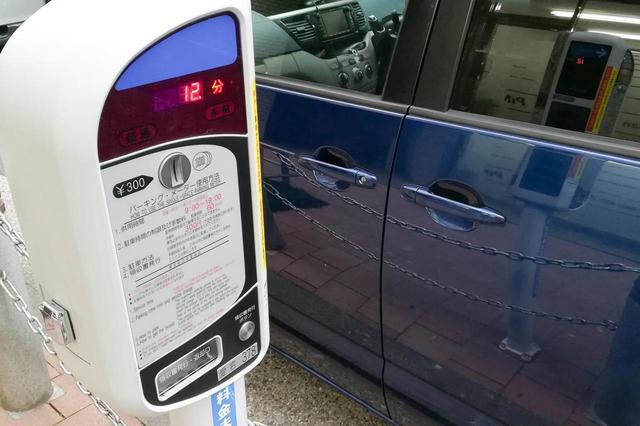 画像: パーキングメーター設置エリアは合法的に路上駐車できる場所のひとつ。コインパーキングよりも割安で停められることもあるのだ。
