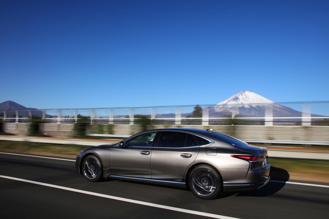 画像: 高速道路ではLS500hのエグゼクティブを試した。その乗り味は先に発売されたラグジュアリークーペLCとよく似ている。