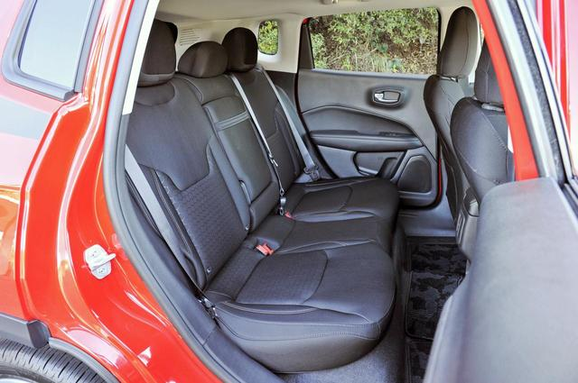画像: リアシートは、おとな3人で座っても十分なスペース。シートバックは60:40分割可倒式。
