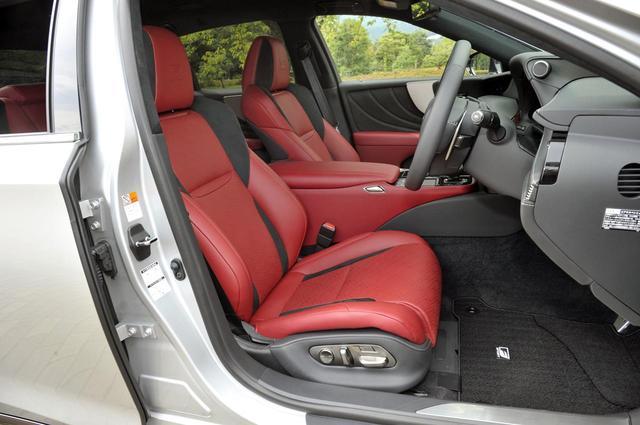 画像: Fスポーツは専用の本革/ウルトラスエードのスポーツシートを装備。28ウエイ電動アジャストでヒーターを内蔵する。
