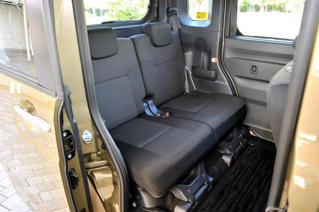 画像: 近年の軽自動車は広くて快適、使い勝手もいい。でもシートベルトは4人分だ。