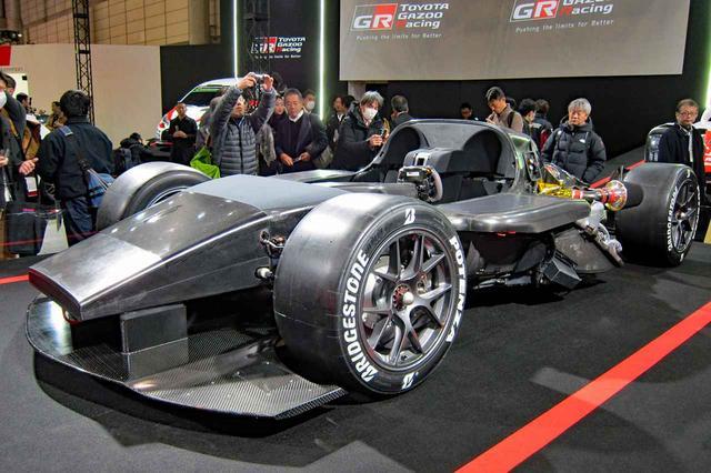 画像: 同時に展示されたテストカー。左ハンドルの2シーターで、フルCFRPで製作されているのがわかる。