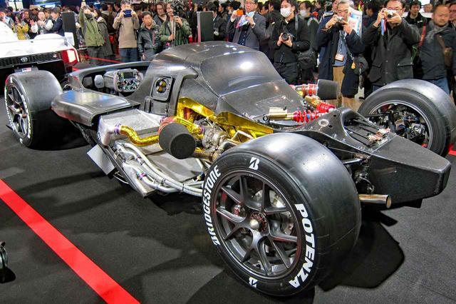画像: エンジンやハイブリッドシステムはシャシに覆われて見えない。ステアリングはレーシングカーそのもの。