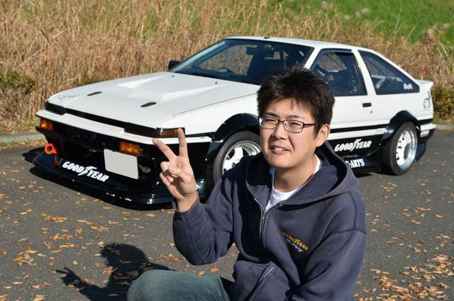 画像: 18歳から、ずっとAE86を乗っているという鎌田司さん(23歳)。なんと、この愛車は2台目のAE86。「動きが面白いんですよ。軽くてクイックに走る。月に1度くらい、ドリフトを楽しんでます。故障はほとんどありませんよ。部品もたくさんあるので困りません」