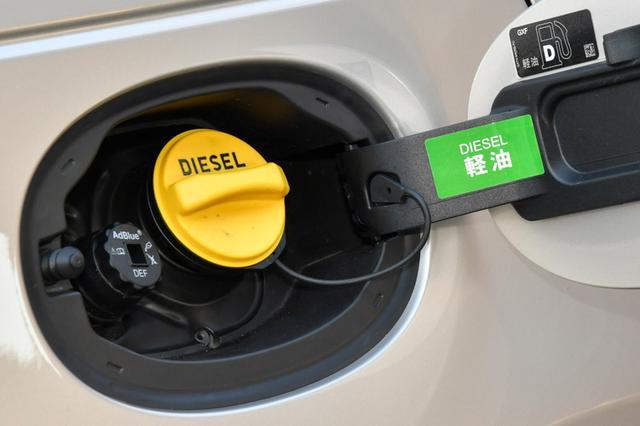 画像: ガソリン給油口の横にはアドブルーの補給口がある。