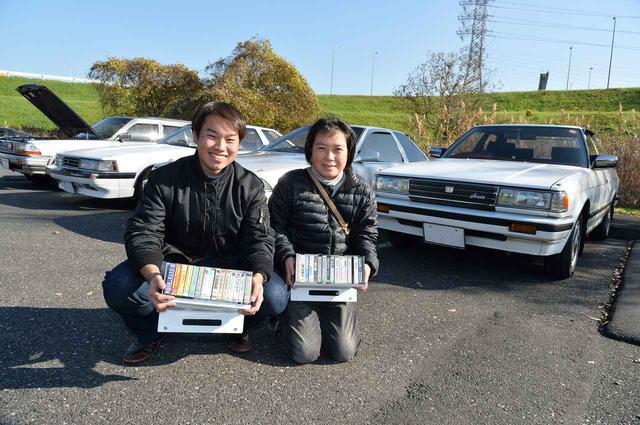 画像: 2台のトヨタで駆け付けたのは、71チェイサーの佐藤颯さん(20歳・左)とソアラの津端健史さん(27歳・右)。古いクルマだけでなく、音楽も同時代のものが好き。当時のミュージック・カセットテープをコレクションしているという。