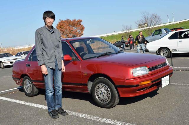 画像: なんとも珍しい1990年式のダイハツ・アプローズQR90で登場した吉本崇英さん(18歳)。「古いクルマが大好きで、ダイハツのディーラーで見つけて、譲ってもらいました。かわいいい顔だし、後ろ姿が格好いい! これが最初の愛車です」
