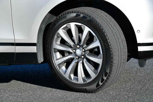 画像: ヴェラール HSEには、ピレリのスコーピオン ヴェルデ 265/45R21のタイヤが装備される。