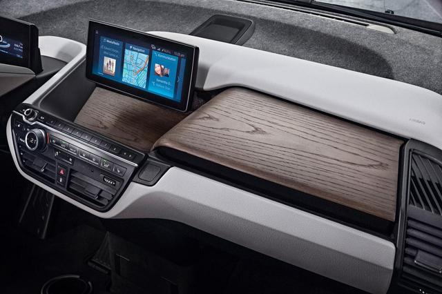 画像: 新型BMW i3ロッジのインテリアトリムにはユーカリ材を採用。