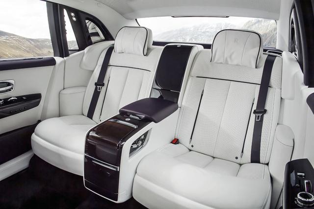 画像: オーナーの指定席であろうリアシートは、写真のセパレート2人掛けとベンチタイプ3人掛けが選べる。