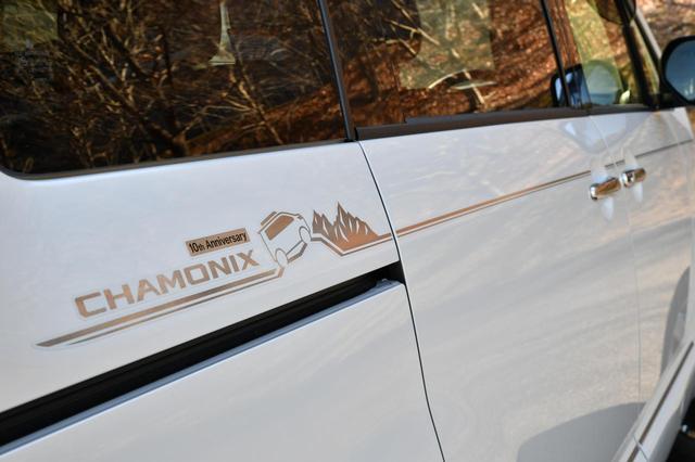 画像: デリカD:5の特別仕様車「シャモニー」。ボディサイドには発売10周年を記念した「10th Anniversary」のデカールが入る。
