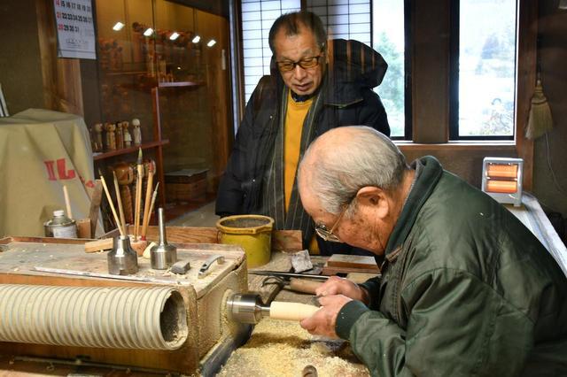 画像: こけし工人の実演を見ることができる。今回その職人技を見せていただいたのは佐藤 忠さん。御年86歳で、こけしづくり歴は70年だそう。