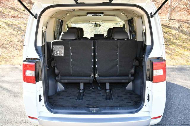 画像: サードシートを前にスライドすると、きちんとした荷物スペースができる。この状態でも、セカンドシート位置を調節すれば8人乗車が可能だ。