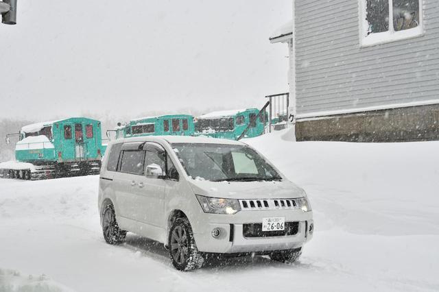 画像: すみかわスノーパーク(宮城県刈田郡蔵王町遠刈田温泉字倉石岳国有林内ゲレンデハウス)に到着。後ろに見えるのが雪上車だ。大きい。