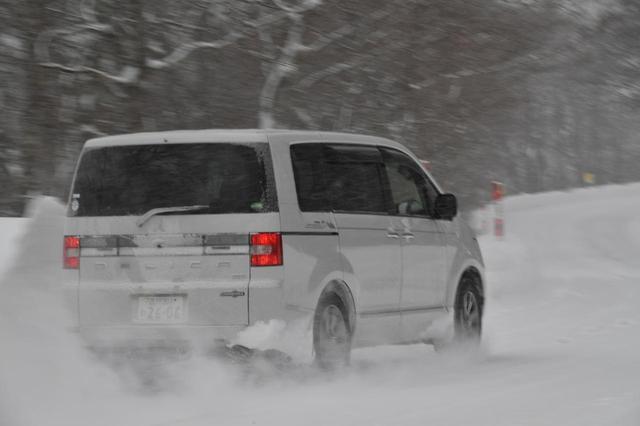 画像: 除雪前の道は新雪が15cmほど積もっていた。それでも4WDで力強く上っていく。最低地上高210mm、ディパーチャーアングル22.5度、ランプブレークオーバーアングル18度はダテではない。