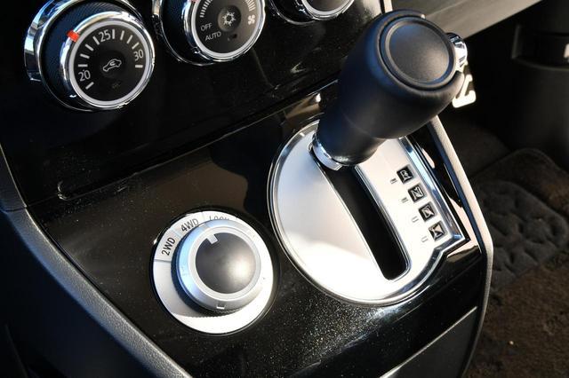 画像: シフトセレクターレバーの左側にあるドライブモードセレクター。走行中でも2WD/4WDオート/4WDロックが選択できる。