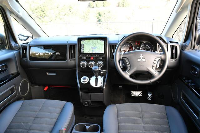 画像: デリカD:5シャモニー10thアニバーサリーの室内。4WD/6速AT/8人乗りとなる。DERICAの文字が入るアッパーグローブボックスや撥水機能付きの専用シート生地「グランリュクス(R)」もシャモニーの特長だ。