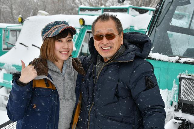 画像: ガイドの田中さんと記念写真をパチリ。こもださんの笑顔がこのツアーの楽しさを物語っています。