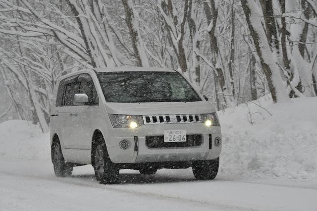 画像: 除雪車が除雪作業を行った道路は圧雪で走りやすいが、アイスバーンが隠れている場所もあるので注意深く走行する。