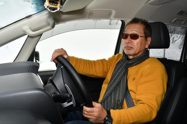 画像: レポーターのこもだきよし氏。「久しぶりにデリカD:5に乗ったけど、細かいところを含めてブラッシュアップされているね」