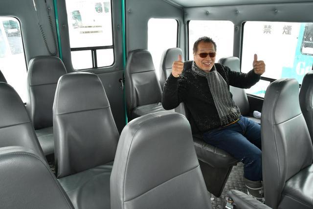 画像: 「ワイルドモンスター」通常車は進行方向に対し横向きで座るタイプだが、このグランクラスは前向きで座る豪華タイプ。