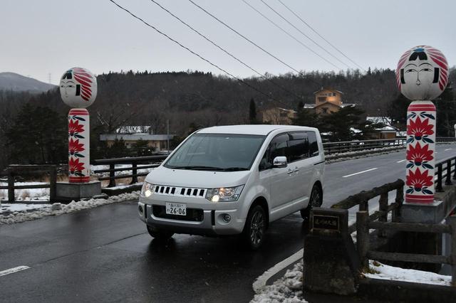 画像: 遠刈田の街を走行するデリカD:5。遠刈田系こけしの地だけあって、街のあちこちにこのようなオブジェがある。