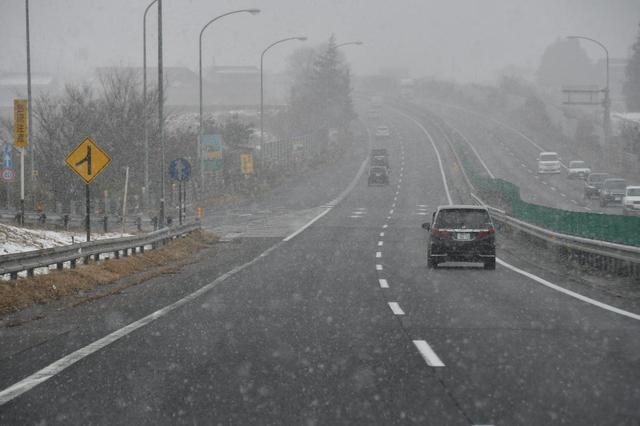 画像: 東北道を北上、福島県に入る白河あたりで雪が降り出した。