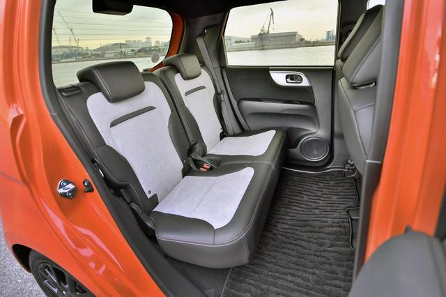画像: ハイト系ワゴンほどではないが、リアシートの広さも十分。座面を起こせば背の高い物も積める。